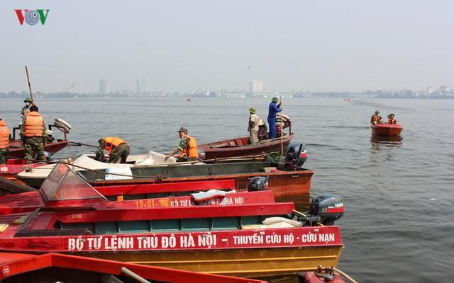 Các ca-nô thị sát và vớt cá tập kết vào cuối giờ sáng 4/10.