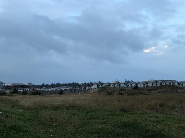 Dự án Khu nghỉ dưỡng ven biển Non Nước của Công ty Cổ phần Đầu tư Du lịch Hà Nội Non Nước được triển khai từ năm 2009 song đến nay ngoài tường bao và bên trong chủ đầu tư đã trồng rất nhiều cây xanh thì chưa hề xây dựng căn hộ hay biệt thự.