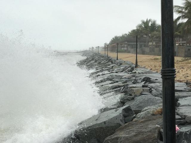 Căn biệt thự bị sóng đánh sập nằm ngổn ngang bên mép biển.