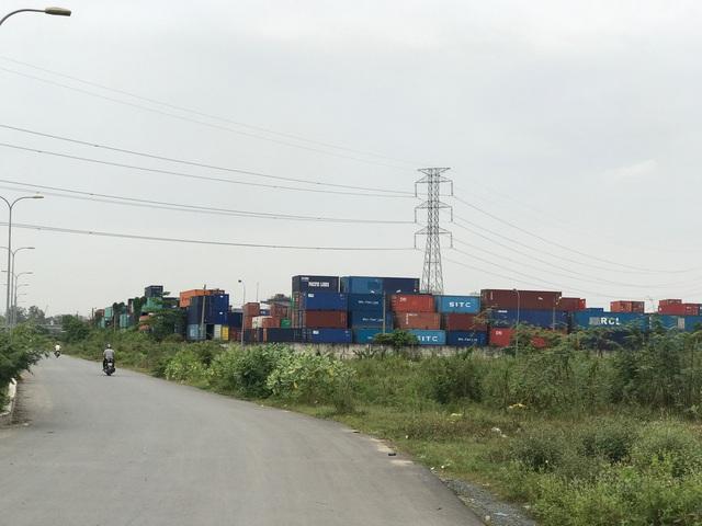 Nằm giáp với khu dân cư là cảng hàng hoá lớn nhất nhì của TP.HCM.