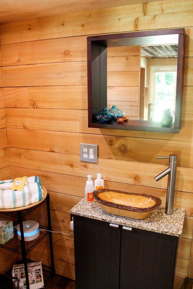 Một chiếc gương lớn được anh chàng treo cao ngay giữa khu vực nhà tắm giúp không gian nơi góc nhỏ này như được nhân đôi.