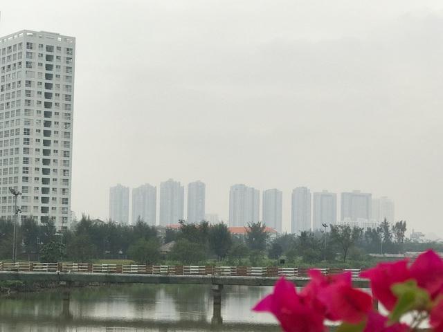 Người dân đang sinh sống tại những khu chung cư cao tầng này cho biết, hàng đêm cảm giác cả toà nhà run bần bậc khi có những đoàn nhiều xe container chạy bên dưới.