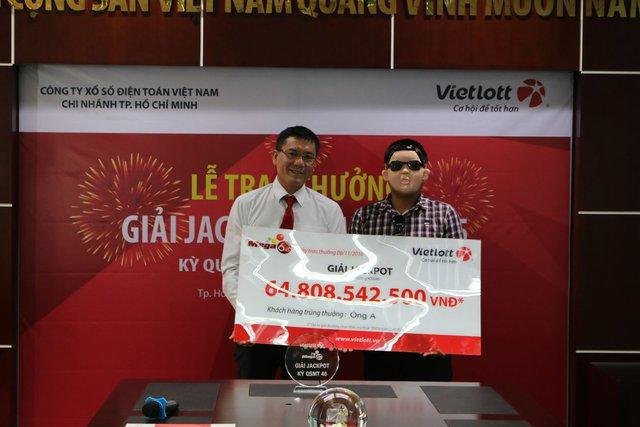 Người trúng thưởng đeo mặt nạ khi nhận giải.