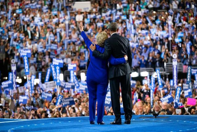 Cái ôm giữa bà Hillary Clinton và Tổng thống Barack Obama không lâu sau khi bà tuyên bố chạy đua tổng thống. Ảnh: New York Times