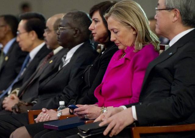 Bà Clinton từng lao đao vì việc sử dụng thư điện tử cá nhân trong thời gian làm Ngoại trưởng Mỹ. Ảnh: New York Times