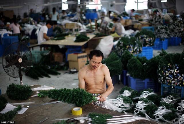 Cây thông nhân tạo được hoàn thiện trong một nhà xưởng ở Nghĩa Ô. Ảnh: Reuters