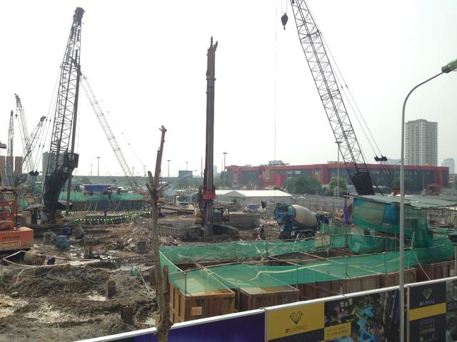 Toàn cảnh công trình đang rầm rộ triển khai thi công.