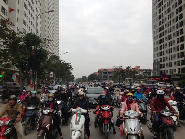 Lãnh đạo phường Hoàng Liệt từng trả lời trên báo chí, cho biết trong 5 năm qua dân số của phường đã tăng lên đột biến lên gấp 5 lần (khoảng 32.000 người), và tình trạng này tiếp tục tăng lên cao nữa, dự báo tăng tới 200% vào 2017 khi đón nhận thêm khoảng 12000 căn hộ, nâng con số nhà ở chung cư lên khoảng 20.000 căn tương ứng 80.000 người.