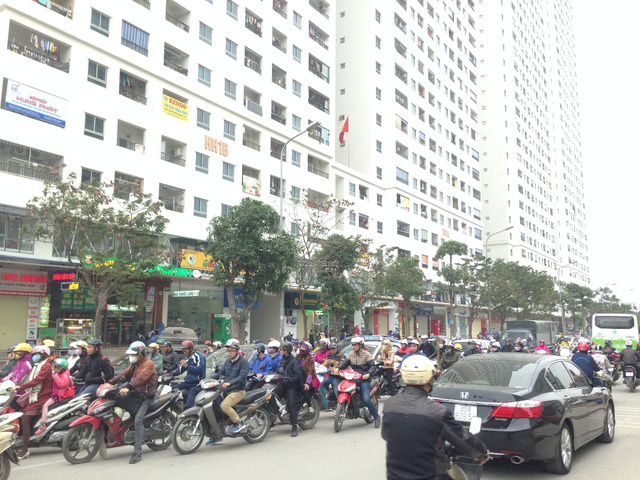 Chung cư mọc lên san sát, hạ tầng giao thông ngột ngạt với lượng xe máy, ô tô kín đặc.