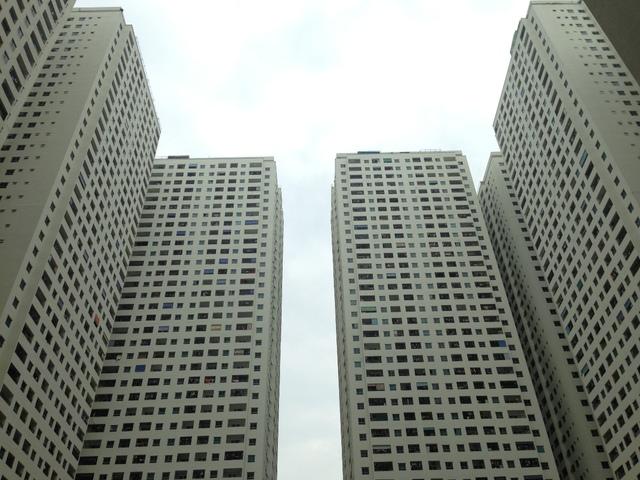 Đáng chú ý, một khu đất khác có tổng diện tích khoảng 5ha là với chức năng được quy hoạch là trung tâm dịch vụ tổng hợp kết nối giữa Bắc Linh Đàm, bán đảo Linh Đàm với khu Tây Nam thì nay nhường chỗ cho 12 cao ốc chung cư từ 36 tới 41 tầng, với mật độ lưu trú rất cao vào khoảng 30.000 dân được bổ sung cho khu Linh Đàm, cao hơn gấp đôi so với dự kiến quy hoạch ban đầu.