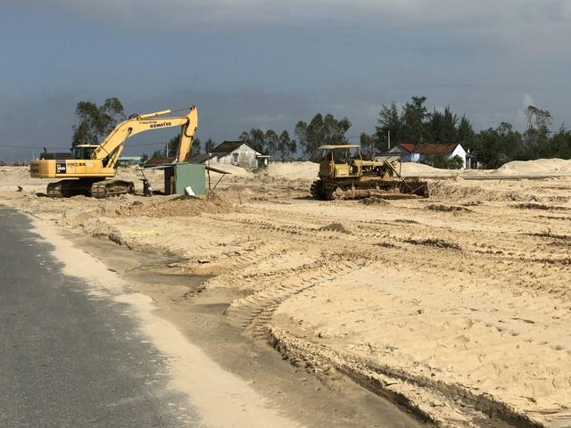 Chủ đầu tư đang triển khai giai đoạn 1, bơm hút cát san lắp mặt bằng đang thi công.