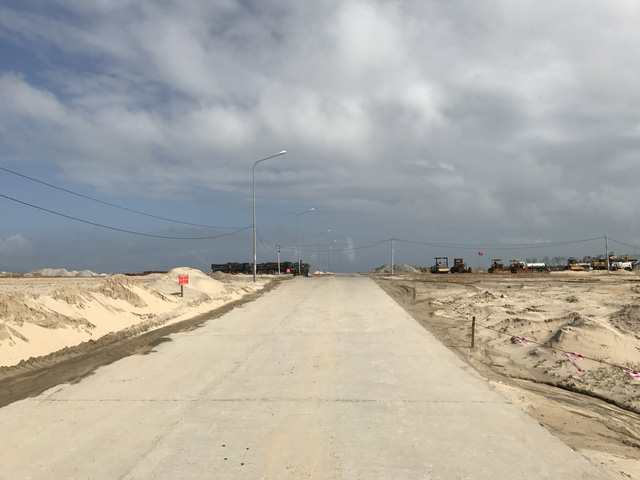 Bên trong khu vực xây dựng dự án vẫn còn hàng chục hộ dân chưa di dời.
