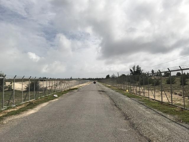 Hàng rào sắt xác định ranh giới dự án cũng vừa được dựng lên, kéo dài hàng km xuyên qua 3 xã của huyện Duy Xuyên.
