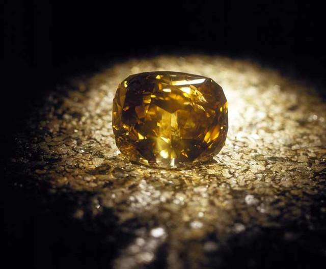 Viên kim cương nặng nhất thế giới được đính trên vương miện của cố nhà vua Thái Lan - Bhumibol Adulyadej.