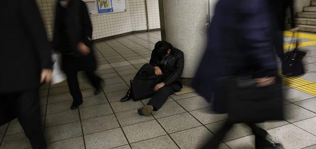Làm việc quá sức là vấn nạn không chỉ ở Nhật Bản. Ảnh: Kyodo