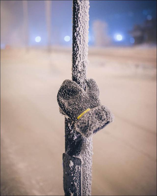 Chiếc găng tay dính chặt trên cột thép vì nhiệt độ chênh lệch quá lớn.