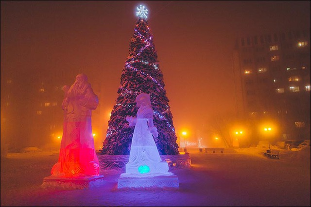 Quảng trường, nơi cây thông Noel được trang trí công phu, vắng bóng người.