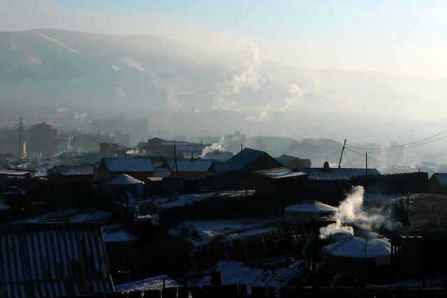 Những mái nhà lụp sụp hiếm khi được mặt trời chiếu sáng vì ô nhiễm không khí. Ảnh: Getty