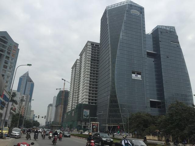 Trên tuyến đường Lê Văn Lương các khu đô thị cũ, mới đan xen, hàng loạt tòa nhà cao chót vót.