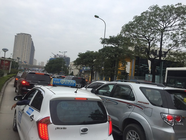 8h30 sáng ngày 29/11, đã qua giờ cao điểm nhưng trên đường Lê Văn Lương ô tô, xe máy vẫn nối đuôi nhau dài hàng vài trăm mét, giao thông đi lại khó khăn.