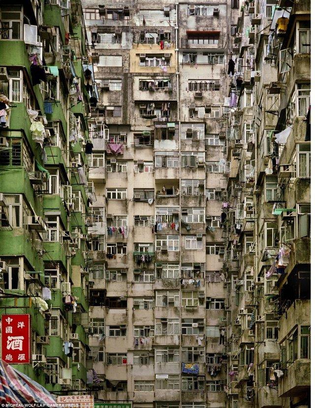 Người dân Hồng Kông không có lựa chọn nào khác ngoài sống chung với lũ. Ảnh: Camera Press