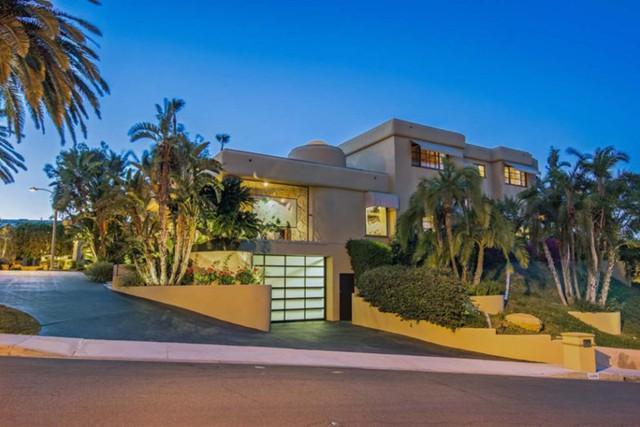 Rocker Tommy Lee muốn bán biệt thự tại Calabasas với giá 5,6 triệu USD từ tháng 5/2016. Biệt thự có bể bơi, rạp chiếu phim thu nhỏ và có cả phòng chơi piano.