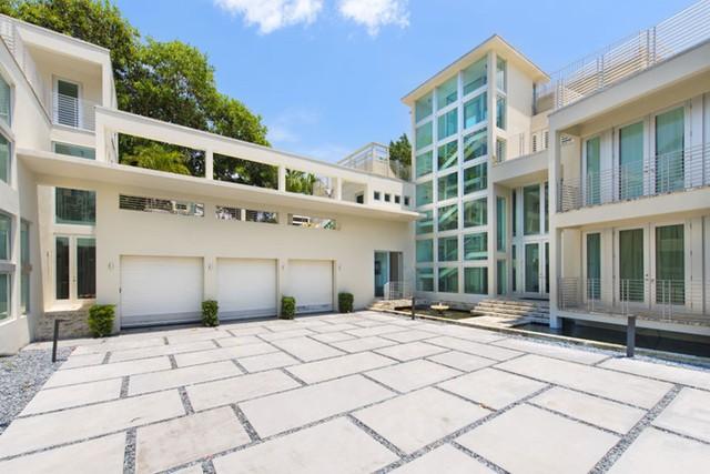 Rapper Lil Wayne bán biệt thự 9 phòng ngủ, 9 phòng tắm tại bãi biển Miami.
