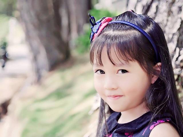 Nhã Uyên có một niềm yêu thích đặc biệt với ngôn ngữ, có thể đọc tiếng Việt trôi chảy từ khi 4 tuổi, đến nay cô bé còn đang tự học tiếng Pháp và các môn học khác bằng tiếng Anh. (Ảnh: NVCC)