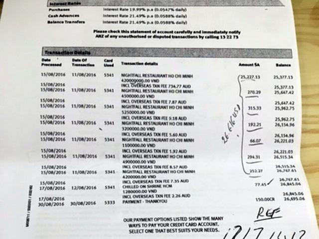 Bản sao kê của ngân hàng được phía khách bị quẹt thẻ cung cấp cho thấy tiền đã được chuyển cho nhà hàng - Ảnh: Ánh Hồng chụp lại