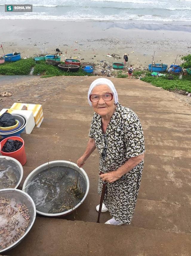 Cụ bà Lene đi chợ hải sản ở Phan Thiết.