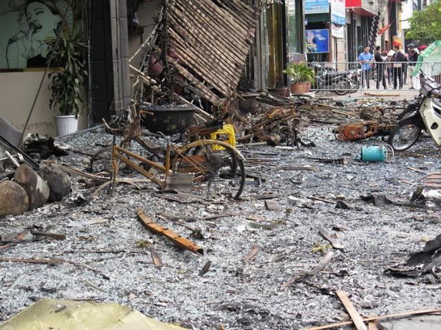 Xe đạp, xe máy... đậu phía trước dãy quán karaoke cháy trơ khung sau vụ cháy - Ảnh: QUANG THẾ