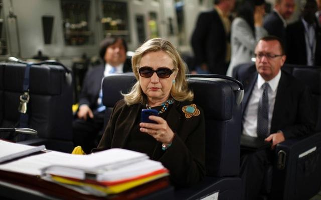 Bà Clinton cũng chỉ dùng được điện thoại BlackBerry cổ lỗ sĩ