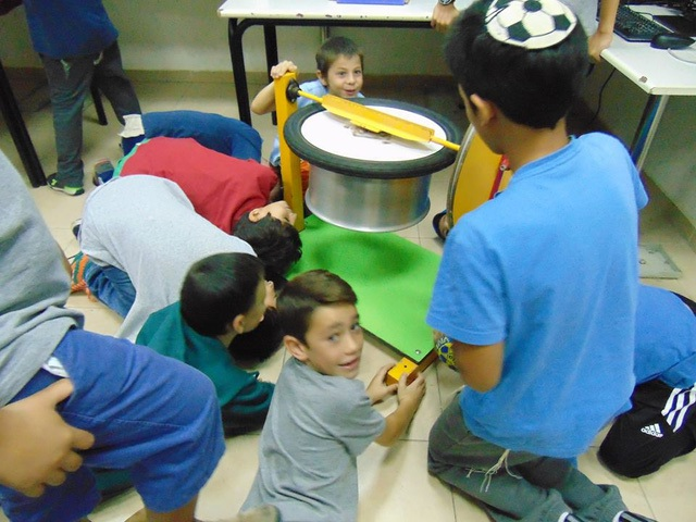 Học sinh lớp lớn hơn đóng vai trò là giáo viên dạy lớp nhỏ. Ảnh: Thu Hà.