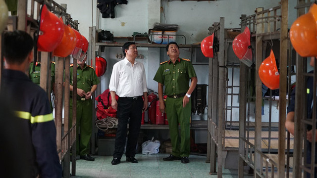 Bí thư thành ủy TP.HCM Đinh La Thăng vào thăm nhà công vụ của chiến sĩ của Phòng Cảnh sát PCCC trên sông - Ảnh: THUẬN THẮNG
