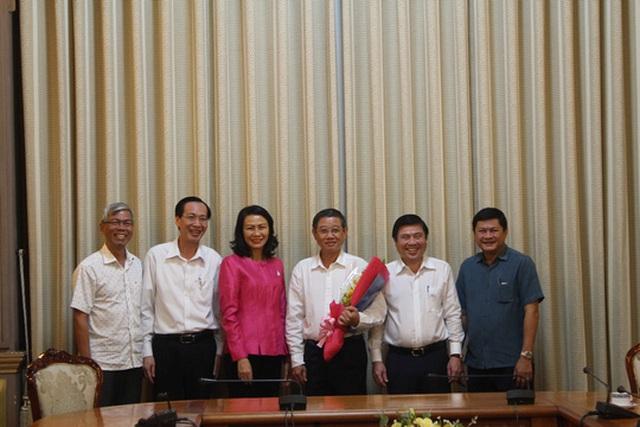 Ông Hứa Ngọc Thuận (thứ 3 từ phải sang) được nghỉ hưu để hưởng chế độ BHXH từ ngày 1-12-2016