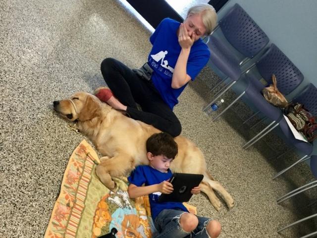Bức ảnh chị Shanna Niehaus chia sẻ trên Facebook khoảnh khắc cậu con trai 5 tuổi nằm bên cạnh chú chó đầy yên bình.