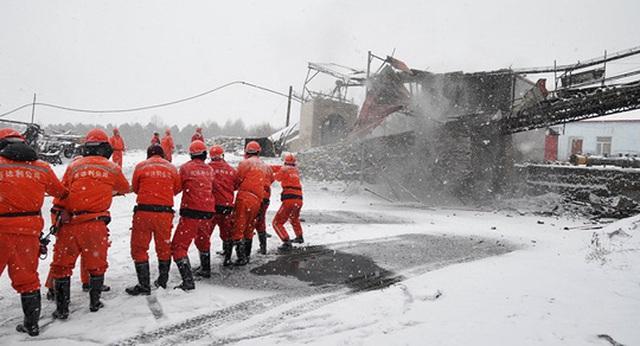Lực lượng cứu hộ tại mỏ than ở TP Thất Đài Hà, tỉnh Hắc Long Giang hôm 30-11. Ảnh: CHINA DAILY