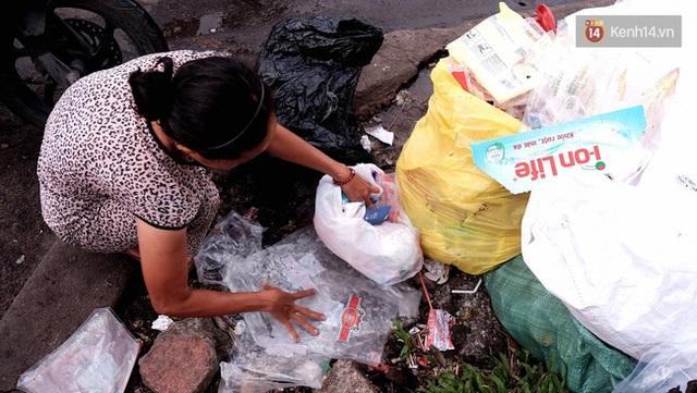 Cô Hà đã quen với mùi của rác vì những thứ này đã nuôi sống mẹ con cô gần 20 năm qua.