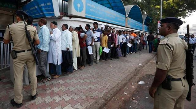 Cảnh sát hỗ trợ giữ gìn trật tự tại các ngân hàng và cây ATM