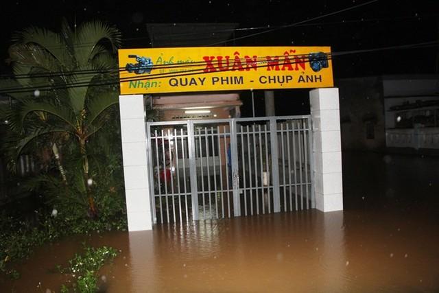 Nước lũ tràn vào nhà dân ở xã Đại An đêm 14/12