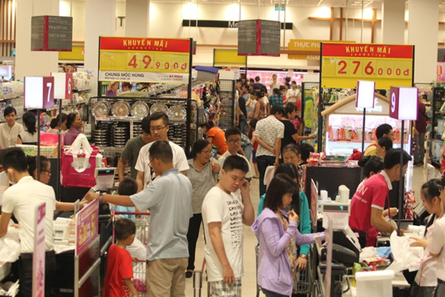 Người tiêu dùng được hưởng lợi từ chương trình khuyến mãi của các siêu thị Ảnh: Hoàng Triều