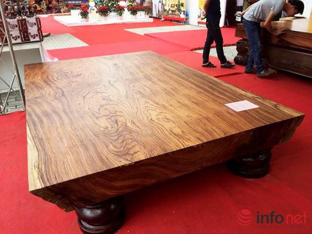 Đây là bộ phản gỗ được làm từ gỗ mun sọc.