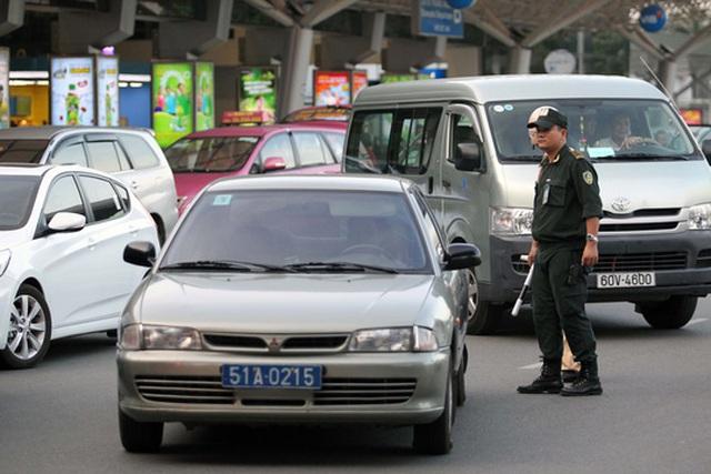 Lực lượng chức năng tại sân bay Tân Sơn Nhất nhắc nhở xe công dừng đỗ đúng nơi quy định. Ảnh Hoàng Triểu
