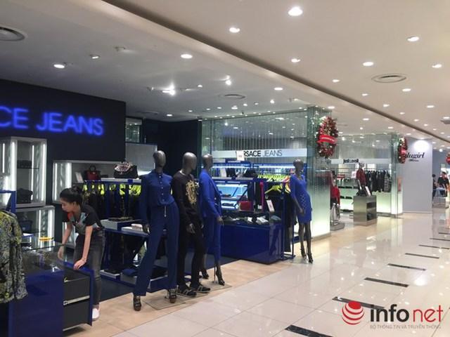 Nhiều cửa hàng thời trang tại Sài Gòn Centre trong cảnh đìu hiu ngày cuối tuần.