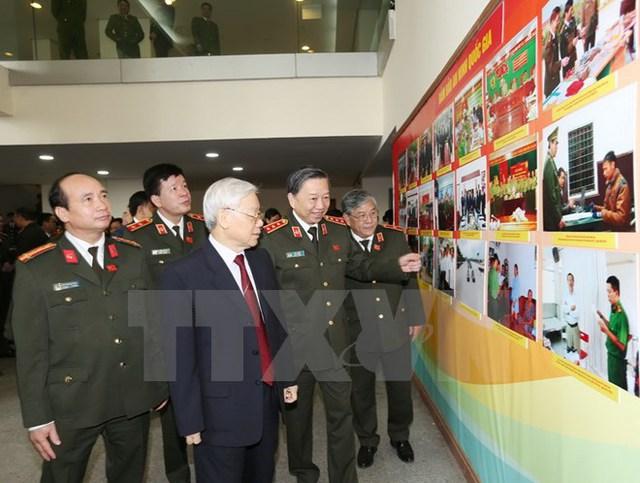 Tổng Bí thư Nguyễn Phú Trọng và các đại biểu xem một số hình ảnh về lực lượng Công an nhân dân. (Ảnh: Trí Dũng/TTXVN)