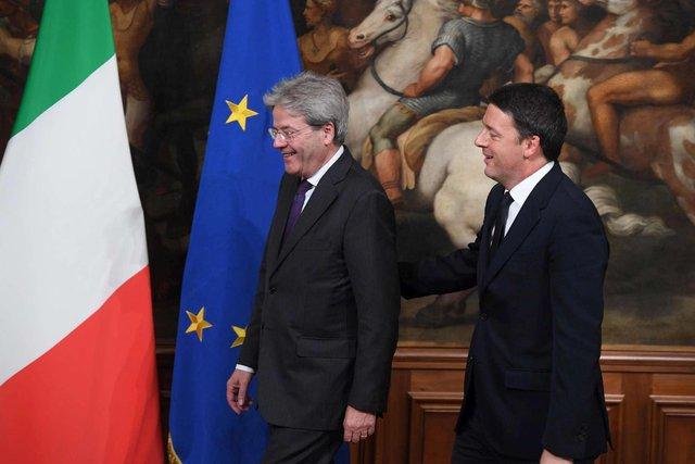 Sau cuộc trưng cầu dân ý thất bại mới đây, ông Matteo Renzi (phải) tuyên bố từ chức Thủ tướng Italy, nhường lại vị trí cho ông Paolo Gentiloni (trái)
