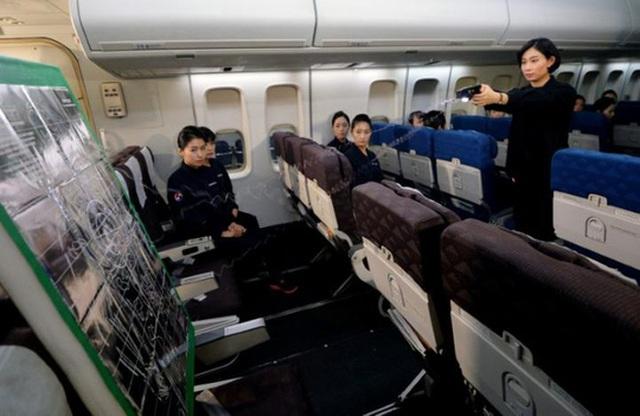 Nhân viên hàng không tham gia buổi huấn luyện dùng súng điện. Ảnh: Reuters