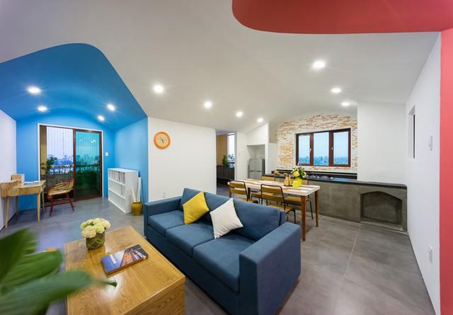 Điểm cộng cho căn hộ này đó là không gian nhiều màu sắc kết hợp hài hòa cùng nội thất trong nhà vô cùng ấn tượng.