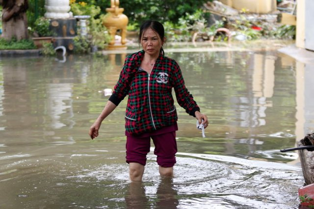 Đến trưa 27-9 nước vẫn còn ngập sâu tại nhà một người dân trên đường Quốc Hương (Q.2) - Ảnh: LÊ PHAN
