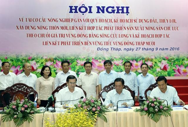 Phó thủ tướng Vương Đình Huệ chứng kiến lễ ký kết kế hoạch hợp tác liên kết phát triển bền vững tiểu vùng Đồng Tháp Mười. Ảnh: VGP/Thành Chung